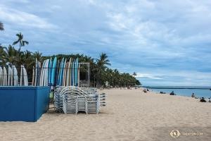 Ta hawajska plaża wygląda zbyt przyjemnie, by nie zejść na dół i przyjrzeć się jej z bliska. (Andrew Fung)