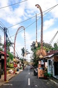 Kolorowa, tętniąca życiem ulica w Ubud, Bali.