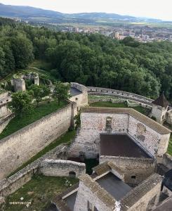 Patrząc w dół na ruiny fortyfikacji zamku Trenczyńskiego z wieży Matusz. Zamek, który pochodzi z czasów rzymskich, mieści muzeum historii regionu i jest narodowym zabytkiem kultury na Słowacji.