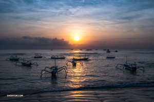 Jukung łodzie rybackie, znane również jako tradycyjne balijskie ważki, wyruszają wcześnie rano w Sanur, spokojnego, położonego na uboczu nadmorskiego miasteczka w południowo-wschodniej części Bali.