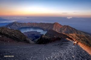 Наш бесстрашный контрабасист также отправляется покорять горы. Ринджани, действующий вулкан на индонезийском острове Ломбок, находится на высоте 3726 метров над уровнем моря. ТК это не пугает.