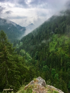 Na skraju urwiska w Dolinie Demianowskiej - część pasma górskiego Niskich Tatr Wewnętrznych Karpat Zachodnich. Wszyscy, którzy tu wędrują, są nagradzani spektakularnym widokiem.