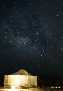 Мерцающий Млечный Путь в небе над пустыней во время ночевки.