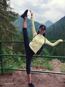 La danseuse Betty Wang exécute un lancé de jambe qui cadre avec la vue !