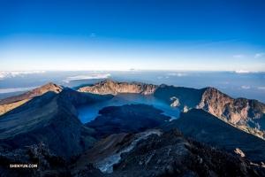 Notre intrépide bassiste fait aussi de l'escalade. Le Mont Rinjani, un volcan actif sur l'île de Lombok, en Indonésie, culmine à 3 726 mètres au-dessus du niveau de la mer. Peu importe, TK est à la hauteur du défi.