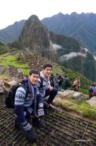 Po wędrówce na szczyt Felix i Alex zatrzymują się, by zrobić zdjęcie.