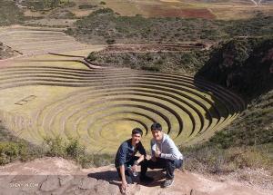 Dalej na trasie, ruiny inkaskiego Moray. Dokładne przeznaczenie tych koncentrycznych tarasów jest nieznane, ale użyta w ich konstrukcji gleba została przywieziona z różnych regionów imperium Inków, a sposób, w jaki zostały zaprojektowane, tworzy różnicę temperatur do 15 ° C pomiędzy górnymi i dolnymi pierścieniami. Niektórzy twierdzili, że było to starożytne laboratorium rolnicze.