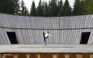 Betty danse sur la scène d'un théâtre en plein air, dans les montagnes Tatras. Le festival de folklore de Podrohásky - plus grand festival folklorique de la région d'Orava au nord de la Slovaquie - a lieu chaque été.