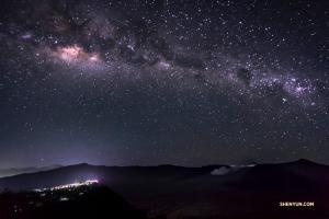 Droga Mleczna nad Bromo we wschodniej Jawie w Indonezji błyszczy migoczącymi punkcikami gwiazd.