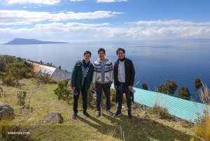 Феликс, Алекс и Маурисио на острове Такиле на озере Титикака, крупнейшем в Южной Америке.