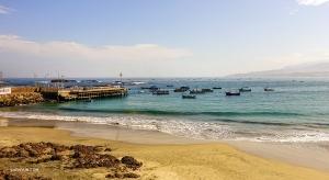 Вид на живописную береговую линию из перуанской деревни, расположенной между городами Арекипа и Наска.