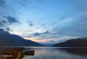 Lago di Caldonazzo, największe jezioro w regionie Trentino-Alto Adige we Włoszech, szczególnie zachwyca o zmroku.