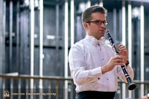 Tymczasem główny klarniecista Yevgeniy Reznik nadal ćwiczy za kulisami.