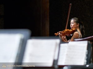 Zawsze ciężko pracująca skrzypaczka solistka Fiona Zheng jest wręcz pochłonięta graną przez siebie muzyką.