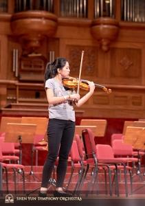 Skrzypaczka solistka Fiona Zheng wschłuchuje się w salę.