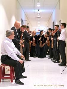 Na zapleczu członkowie orkiestry są już prawie gotowi na wejście do sali koncertowej.