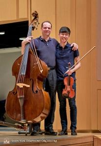 Pełni szczęścia główny kontrabasista Juraj Kukan i skrzypek Austin Zhong pozują do zdjęcia.