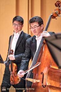 Skrzypek Wesley Zhou i kontrabasista Wei Liu są jużgotowi na wieczorny występ.
