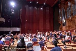Orkiestra gromadzi się na próbę przed pierwszym koncertem w Narodowa Sala Koncertowa.