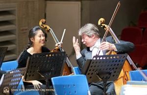 Wiolonczelistka Yu-Chien Yuan i Alexander Dardykin odbywają radosną pogawędkę przed koncertem.