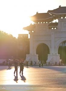 Puzonista basowy Pavlo Baishev i waltornista Rumen Marinov spacerują w świetle zachodzącego słońca na Placu Wolności.