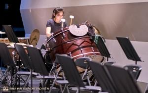 베이스 드럼 연습 중인 타악기 연주자 자즈민 즈아.