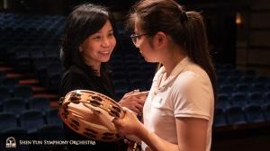 Concertmeester Chia-Chi Lin geeft een tip aan percussioniste Jazmine Jia.