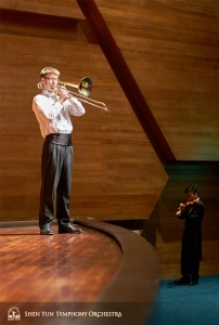Op  het podium oefenen en er naast: eerste trombonist Alistair Crawford en violist Davin Ma.