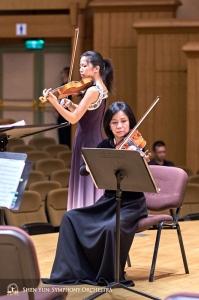 Soliste Fiona Zheng en concertmeester Chia-Chi Lin oefenen samen voor het concert in Hsinchu.