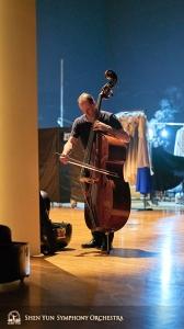 무대 뒤편, 수석 더블베이스 연주자 유라이 쿠칸도 적절한 연습장소를 찾은 것 같군요.