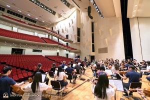 Het Symfonieorkest komt bij elkaar om te oefenen voor hun laatste Taiwan concert in het Tainan Cultural Center.