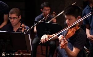 바이올리니스트 구스타보 브리세뇨와 쩡니엔쑹의 리허설 준비 모습.