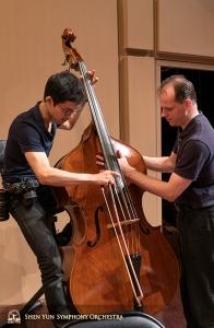 더블 베이스 연주자 TK 쿠오(왼쪽)와 수석 더블 베이스 연주자 유라이 쿠칸. 쿠오의 베이스 상태를 점검 중이네요.