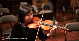 Concertmeester Chia-Chi Lin oefent voor de voorstelling op het podium.