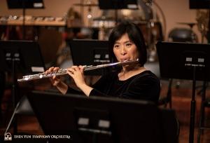 Voor het concert warmt eerste fluitiste Chia-jung Lee op met lange klanken.