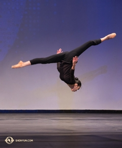 Michelle Lian bei einem vorwärts-Salto.