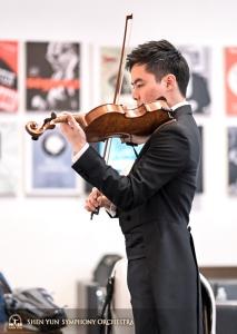 小提琴手霍夫曼在複習曲子。