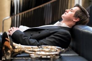 圓號手安德烈‧別捷列夫演出前的「熱身」。