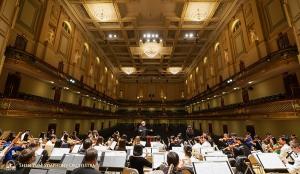 歌唱家耿皓藍在壯麗的波士頓交響樂大廳舞臺上排演。
