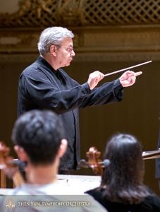 Il Direttore d'orchestra Milen Nachev mette a punto un brano