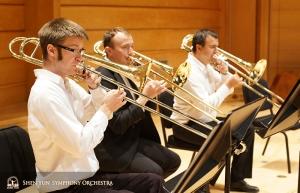 La sezione dei tromboni suonano insieme prima delle prove (da sinistra a destra): Alistair Crawford (primo trombone), Ivan Agarkov e PavloBaishev (trombone basso)