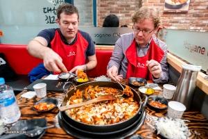 首席小號艾里克‧羅賓斯(左)和小號吉米‧蓋格沒有錯過道地的韓式燒烤。