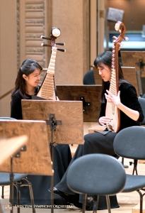 Le suonatrici di Pipa Yuru Chen (a sinistra) e YuLiang (a destra)