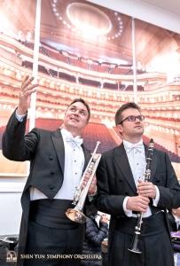 小號手弗拉基米爾‧澤姆佐夫和單簧管首席義夫甘尼‧列茲尼克從後台欣賞卡內基大廳肅穆的觀眾席。