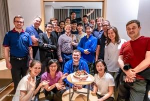 Alcuni componenti dell'Orchestra festeggiano il compleanno del primo trombettista Eric Robins, a Seoul