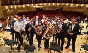 巡演結束後,銅管樂部在舞台上集體合照。