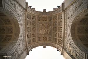 Оператор Энни Ли прогулялась до арки на площади Каррузель, чтобы рассмотреть её поближе и сфотографировать детали барельефа. Такая картина открывается под сводами главной арки.
