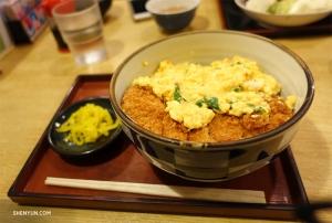 Время обеда! Потрясающий кацудон Шона Жэня - жареная свиная котлета с яйцом.