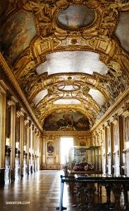 Ещё один изысканный коридор в Лувре. Во время экскурсии танцовщица Кэсинь Ли и её подруги заглянули за дверь и обнаружили этот прекрасный зал!