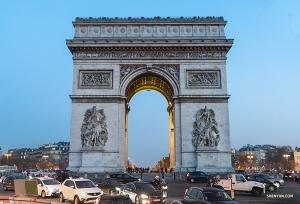 Триумфальная арка - одна из самых известных парижских достопримечательностей, посвященная тем, кто сражался и погиб за Францию. Будьте осторожны, когда едете вокруг нее, от нее расходятся 12 проспектов!
